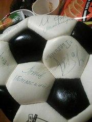 футбольный мяч с подписями.