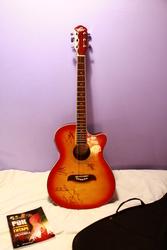 Электроакустическая гитара с автографами группы